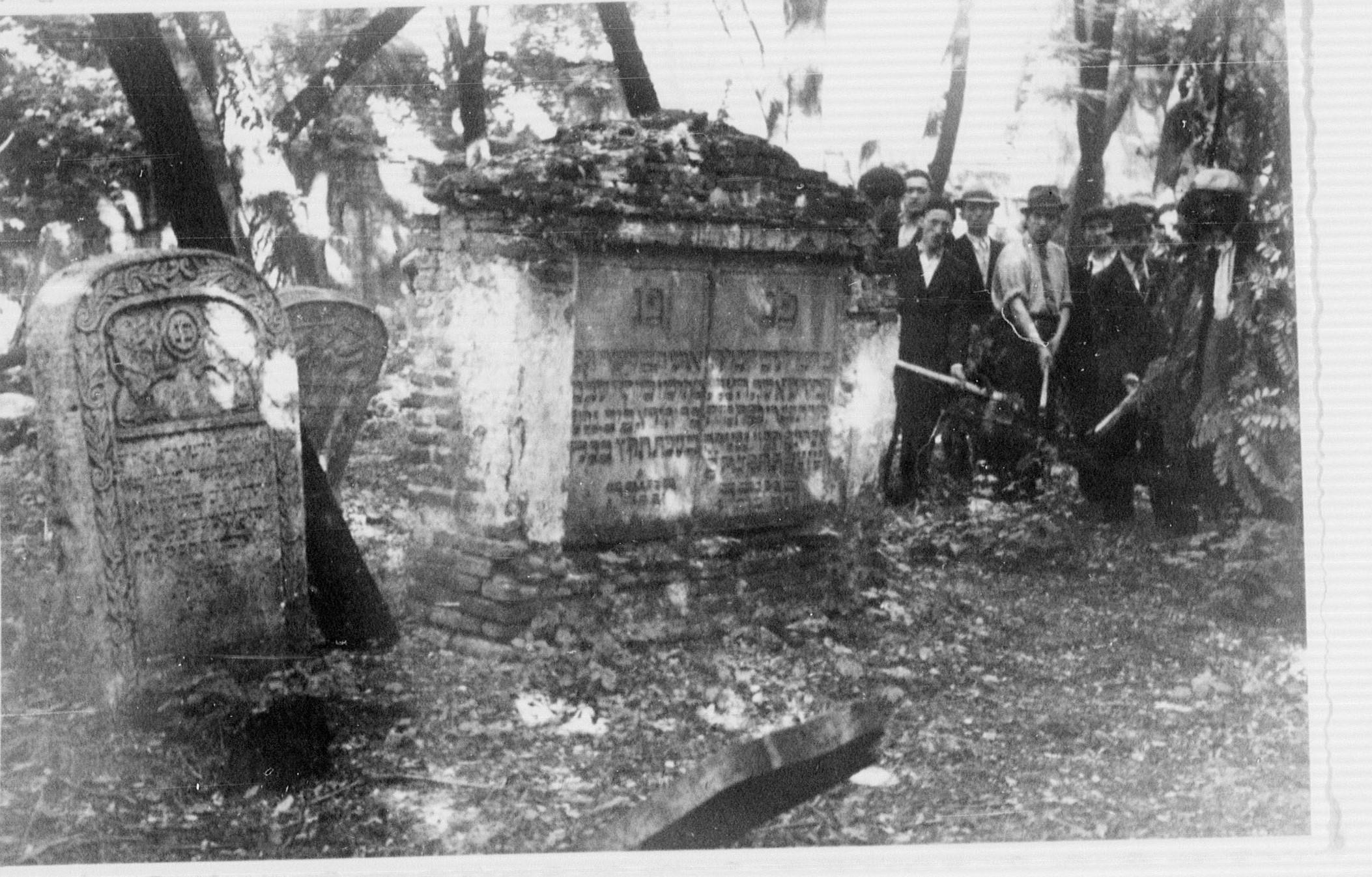 Evreii la munca obligatorie la dezafectarea cimitirului Sevastopol